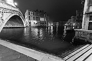Italy. Venice at night. the  RIALTO bridge on the grand canal , and the palace Camerlenghi at left-  the Grand Canal . at night  Venice - Italy  / le pont du RIALTO sur le grand canal, et le palais Camerlenghi a gauche la nuit  Venise - Italie / VCE100B
