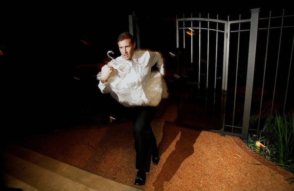 Carpeta 18 Foto 01<br /> La costurera se ha atrasado en terminar su trabajo y el cu&ntilde;ado de la novia llega apurado con el vestido de bodas durante la preparaci&oacute;n para un casamiento en Asuncion, Paraguay el 21 de diciembre de 2008. (Jorge Saenz)<br /> <br /> &quot;Todo era una Fiesta&quot;:<br /> Por mas crisis que ataquen la econom&iacute;a publica y privada, la clase alta de Paraguay tal como la de otros pa&iacute;ses, no limita en lo mas m&iacute;nimo su costumbre de festejar las bodas con una gran inversi&oacute;n econ&oacute;mica en los eventos. Este trabajo presentado es parte de uno mas general en desarrollo sobre la sociedad paraguaya llamado &quot;Las Clases&quot; desde hace mas de 10 a&ntilde;os.