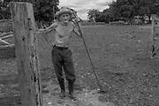 Distrito de S&atilde;o Joaquim, em Janu&aacute;ria Comunidade de Rendinha<br /> Francisco de Oliveira Ribeiro tem 83 anos e &eacute; conhecido por Chico Loja. Nasceu em Buriti de Minas, munic&iacute;pio de bonito. &ldquo;cheguei a ter cerca de 50 cabe&ccedil;as de gado&rdquo; tenho porco, galinha, cocar, conhecida tamb&eacute;m como angola<br /> . Adivina Lopes Ribeiro tem 80 anos e 8 filhos<br /> . Os dois foram criados sem m&atilde;es que faleceram quando eram crian&ccedil;as.<br /> &ldquo;ela tinha uma irm&atilde; que morava pertinho de mim e vou por causa dela que conheci . Adivina<br /> Francisco foi criado em engenho de cana puxado a amos toucinho, rapadura, algod&atilde;o, mamona.<br /> Adivina &ldquo;ele sempre foi bonito&rdquo; arroz em carro de boi . Levava  4 dias pra ir e 4 dias pra voltar.<br /> &ldquo;N&oacute;s n&atilde;o sab&iacute;amos que eramos veredeiros&rdquo;&rdquo;nos acostumamos a trabalhar. A aofrer n&atilde;o porque quem t&aacute; com dor &eacute; que sofre<br /> Nos preferimos trabalhar.<br /> <br /> <br /> Os Veredeiros habitam os territ&oacute;rios ao longo dos cursos d&rsquo;&aacute;gua de forma dispersa. Existe, por&eacute;m, uma certa organiza&ccedil;&atilde;o e um padr&atilde;o de ocupa&ccedil;&atilde;o espacial que se constitui por unidades de agrupamento ou grupos rurais de vizinhan&ccedil;a, ligados pelo sentimento de localidade, por la&ccedil;os de parentesco, pelo trabalho e manejo da terra, por trocas e rela&ccedil;&otilde;es rec&iacute;procas. Geralmente, os nomes das localidades veredeiras s&atilde;o os mesmos dos rios que passam pelas comunidades. Nem sempre det&ecirc;m a posse da terra, sendo camponeses muitas vezes arrendat&aacute;rios. Os veredeiros entendem o trabalho como o legitimador da posse da terra, mas n&atilde;o de uma posse privada (j&aacute; que boa parte dessas terras &eacute; de uso comum). <br />  A categoria &ldquo;veredas&rdquo; frequentemente &eacute; referida a &aacute;reas &uacute;midas, de terreno argi
