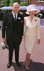 The EARL & COUNTESS CARNARVON at Royal Ascot on 15th June 1999.MTG 92