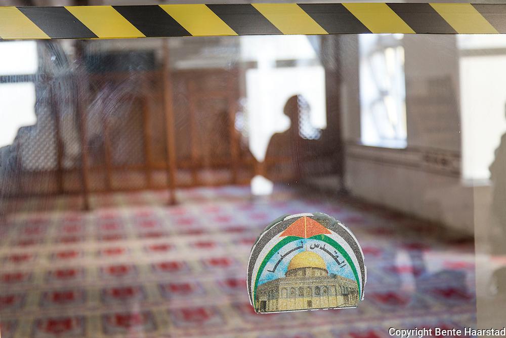 Kvinnene har sitt eget areal, bak et tregitter, bakerst i et eget rom, og inngangen dit er sperret av. Menn de kan kanskje skimte imamen gjennom glassdørene i front. Rabita-moskeen i Oslo.
