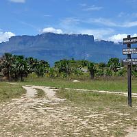 Cartel de bienvenida en Kamarata con vista del Auyantepui. Edo. Bolivar. Welcome sign to Kamarata with Auyantepui view. Kamarata.Edo. Bolivar. Febrero 23, 2013. Jimmy Villalta.