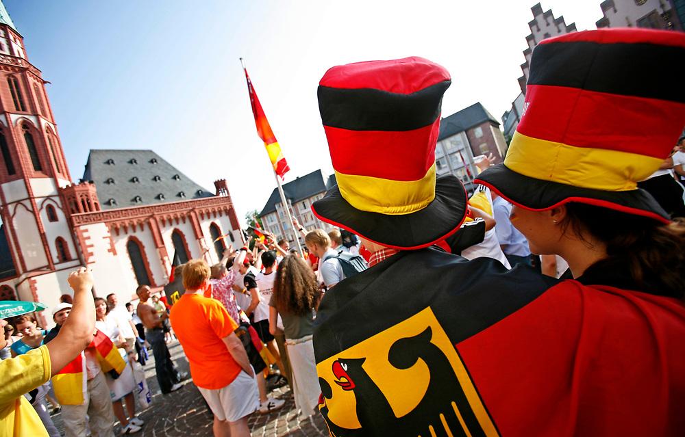 Frankfurt | Deutschland 20.06.2006: Deutsche Fu&szlig;ballfans feiern den Sieg der deutschen Mannschaft gegen Ecuador im letzten Gruppenspiel der WM 2006 mit jeder Menge schwarz-rot-goldener Fanartikel.<br /> <br /> hier: P&auml;rchen in Schwarz-Rot-Gold<br /> <br /> Sascha Rheker<br /> 20060620<br /> <br /> [Inhaltsveraendernde Manipulation des Fotos nur nach ausdruecklicher Genehmigung des Fotografen. Vereinbarungen ueber Abtretung von Persoenlichkeitsrechten/Model Release der abgebildeten Person/Personen liegt/liegen nicht vor.]