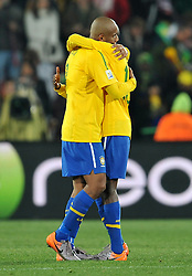 28.06.2010, Ellis Park Stadium, Johannesburg, RSA, FIFA WM 2010, Brazil (BRA) vs Chile. (CHI), im Bild Maicon e Dani Alves (Brasile) festeggiano a fine partita. EXPA Pictures © 2010, PhotoCredit: EXPA/ InsideFoto/ Giorgio Perottino +++ for Austria and Slovenia only +++ / SPORTIDA PHOTO AGENCY