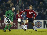 Fotball, 18. februar 2004, treningskamp Nord Irland-Norge 1-4, Jon Inge Høiland, Norge og  Chris Baird, Nord Irland