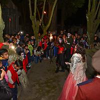 Toluca, Méx.- Este viernes iniciaron los ya tradicionales recorridos nocturnos en el Panteón de la Soledad de Toluca, en donde los visitantes pudieron disfrutar de algunas leyendas sobre los muertos de este lugar, 40 actores caracterizados, entre niños y adultos participan en este espectáculo. Agencia MVT / Crisanta Espinosa