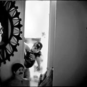 NI—OS DE PORAI - Homenaje a Mariano Diaz.Photography by Aaron Sosa.Retrato de Mariano Diaz, al fondo Anna Sofia Sosa Bompart.El junko, .Caracas - Venezuela 2005.(Copyright © Aaron Sosa)