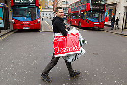London, December 24 2017. Crowds grow in London's west end on Christmas eve as last minute shoppers hunt for gifts. © SWNS