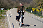 In Rhenen rijdt een man op de fiets over de dijk.<br /> <br /> In Rhenen a man cycles on the dike.