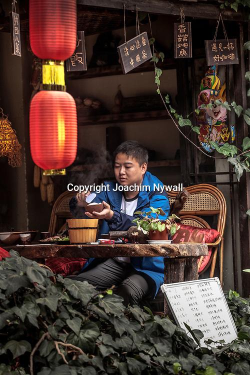 Lijiang  2011 08 Yunnan Kina<br /> Pojke p&aring; restaurang i gamla stan<br /> ----<br /> FOTO : JOACHIM NYWALL KOD 0708840825_1<br /> COPYRIGHT JOACHIM NYWALL<br /> <br /> ***BETALBILD***<br /> Redovisas till <br /> NYWALL MEDIA AB<br /> Strandgatan 30<br /> 461 31 Trollh&auml;ttan<br /> Prislista enl BLF , om inget annat avtalas.