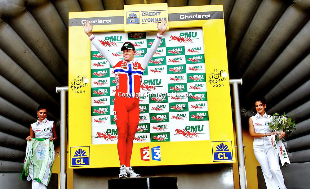 Charleroi, 20040704.Tour de France. Thor Hushovd spurter inn til 3.plass. Her fÂr han den gr¯nne poeng tr¯ya...Foto: Daniel Sannum Lauten/Dagbladet
