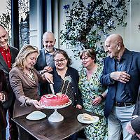Nederland, Amsterdam, 29 maart 2016.<br /> Het is 1 april 15 jaar geleden dat in Nederland de eerste homohuwelijken werden gesloten.<br /> Minister Bussemaker spreekt dinsdagavond met enkele van die eerste Amsterdamse koppels en snijdt ter ere van het feit een roze taart aan.<br /> <br /> <br /> <br /> Foto: Jean-Pierre Jans