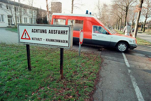 Duitsland, Kleef, januari 2001Ziekenauto rijdt weg van ziekenhuis.Grensoverschrijdende hulpverlening bij rampen of ongelukken.Foto: Flip Franssen/Hollandse Hoogte