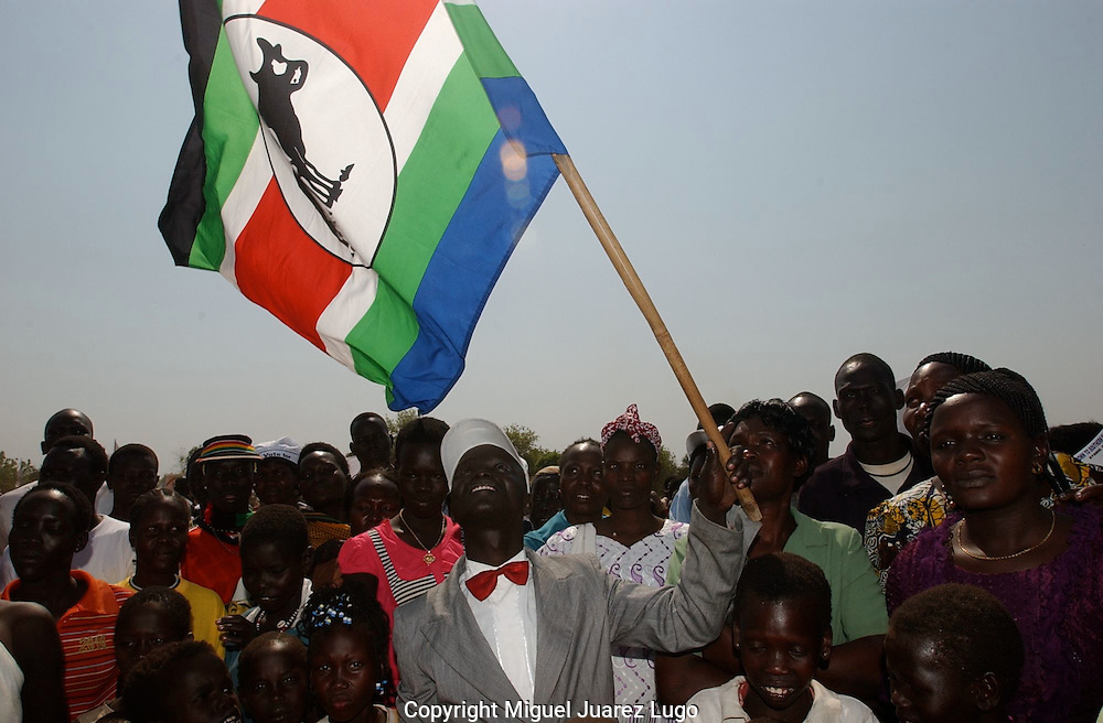 Members of the multi-tribe party, UDSF-M, United Denocratic Salvation Front-Movement, show their flag during a prereferendum rally in the city of Torit, South Sudan is holding a Referendum for Selfdetermination. (PHOTO: MIGUEL JUAREZ)