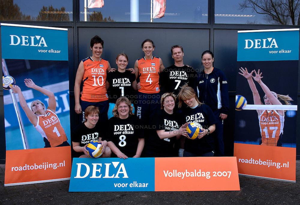 01-04-2007 VOLLEYBAL: DELA VOLLEYBALDAG: EINDHOVEN<br /> In de Eindhovense Indoor Sportcentrum beleefde de medewerkers van hoofdsponsor DELA een clinic en volleybaldag met het Nederlandse damesvolleybalteam / Dela Teamfoto<br /> &copy;2007-WWW.FOTOHOOGENDOORN.NL
