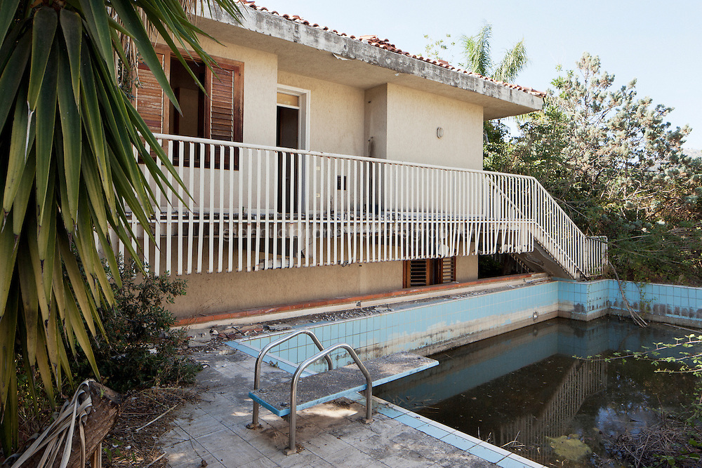 25 June 2012. Palermo, Italy. Pool in the villa of Cosa Nostra's boss Salvatore Riina. Cosa Nostra's boss Salvatore Riina's villa in via Bernini, Palermo, was confiscated after his arrest on January 15, 1993 and will host a Caraninieri station. Salvatore Riina lived in the villa during the last years of his absconding ### 25 giugno 2012. Palermo, Italia. La piscina della villa del boss di Cosa Nostra Salvatore Riina. La villa del boss di Cosa Nostra Salvatore Riina in via Bernini è stata confiscata dopo il suo arresto il 15 gennaio 1993, e ospiterà una stazione dei carabinieri nel 2013. Salvatore Riina ha vissuto nella villa durante gli ultimi anni della sua latitanza.