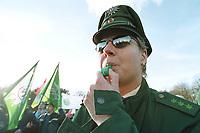 10 NOV 2000, BERLIN/GERMANY:<br /> Polizisten demonstrieren fuer eine Erhoehung ihrer Bezuege, Brandenburger Tor<br /> IMAGE: 20001110-01/01-19<br /> KEYWORDS: Polizei Gewerkschaft, Demo, Demonstration, Uniform, Polizist