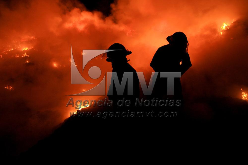 Capulhuac, Mex.- Bomberos de al menos seis municipios del Valle de Toluca trabajan para lograr el control y la extinción del incendio de mas de 15 héctareas del tiradero de basura intermunicipal que dio inicio la madrugada de hoy en Capulhuac muy cerca de Santiago Tianguistenco en el Estado de México. Agencia MVT / Mario Vazquez de la Torre. (DIGITAL)<br /> <br /> <br /> <br /> NO ARCHIVAR - NO ARCHIVE