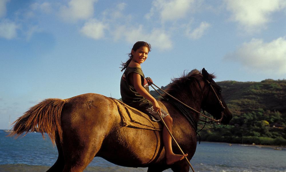 Lachendes Mädchen auf Pferderücken, Nuka Hiva, Französisch Polynesien * Laughing girl on horseback, Nuka Hiva, French Polynesia