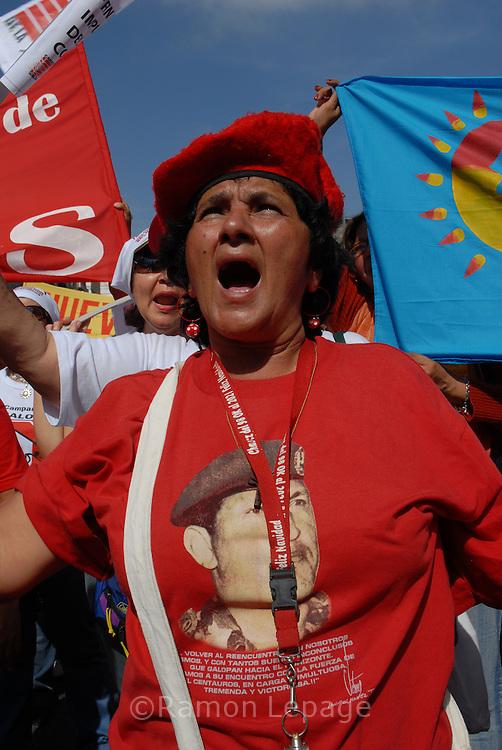 Cientos de mujeres Venezolanas partidarias del presidente Hugo Chavez marchan por Caracas durante la celebracion del dia internacional de la mujer para repudiar la gira que inició el presidente de Estados Unidos, George W. Bush, por cinco países de América Latina y la ´´explotacion sexual de la mujer en los medios de comunicación. Caracas 08-03-07. (Ramon Lepage/orinoquiaphoto)   Hundres of Venezuelan women,  sopporters of president Hugo Chavez, march thru Caracas during the celebration of international womens day to protest against the trip to 5 latin American countries by U.S. president George W. Bush and against the ´´sexual exploitacion of women in mass media.  . Caracas 03-08-07. (Ramon Lepage/orinoquiaphoto).