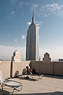 New York. the empire state building view from a rooftop sundeck terrace, midtown panoram New york - / l empire state building vue depuis la terrasse d un immeuble. panorama sur  midtown    New york -  from 66W 38st