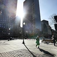Verenigde Staten,Boston, Massachusetts , 22 februari 2010..Boston is de hoofdstad en grootste stad van de Amerikaanse staat Massachusetts. Het wordt ook beschouwd als de officieuze hoofdstad van New England. In het jaar 2000 had Boston 589.141 inwoners. De hele agglomeratie Groot-Boston, die zich tot in New Hampshire, Rhode Island en Connecticut uitstrekt, telt 6.057.826 inwoners (volkstelling 2000). De stad ligt in Suffolk County. De inwoners worden Bostonians genoemd..Boston is een van de oudste en rijkste steden van de Verenigde Staten, met een economie gebaseerd op financiële diensten, verzekeringen, onderwijs, hightechproducten en -research, en medische diensten en research (bijvoorbeeld door Bostons wereldvermaarde gespecialiseerde ziekenhuizen). Sinds 1993 is Thomas Menino burgemeester van Boston. Hij is een Democraat en de eerste burgemeester van Italiaanse afkomst in de geschiedenis van Boston..Op de foto het centrum van Boston.Foto:Jean-Pierre Jans