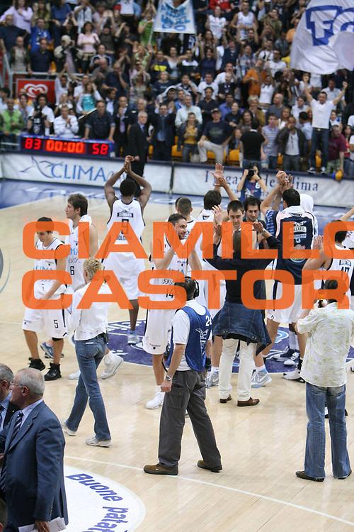 DESCRIZIONE : Bologna Lega A1 2005-06 Play Off Semifinale Gara 3 Climamio Fortitudo Bologna Carpisa Napoli <br /> GIOCATORE : Team Bologna <br /> SQUADRA : Climamio Fortitudo Bologna <br /> EVENTO : Campionato Lega A1 2005-2006 Play Off Semifinale Gara 3 <br /> GARA : Climamio Fortitudo Bologna Carpisa Napoli <br /> DATA : 07/06/2006 <br /> CATEGORIA : Esultanza <br /> SPORT : Pallacanestro <br /> AUTORE : Agenzia Ciamillo-Castoria/G.Ciamillo