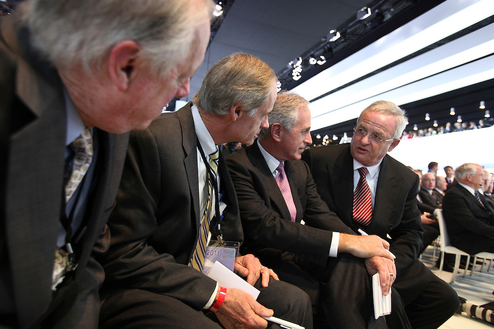 Volkswagen Chairman Martin Winterkorn, right, speaks with Tennessee Governor Phil Bredesen, left, and U.S. Senators Thomas Carper and Bob Corker prior to the Volkswagen press conference at the North American International Auto show in Detroit, Michigan January 10, 2011<br /> <br /> Geoff Robins AFP