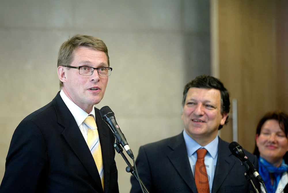 BRUSSELS - BELGIUM - 04 MAY 2006 -- Matti VANHANEN (L), Finnish Prime Minister on official visit to Brussels. Here with José Manuel BARROSO, President of the EC and a translater speaking to the press. PHOTO: ERIK LUNTANG /