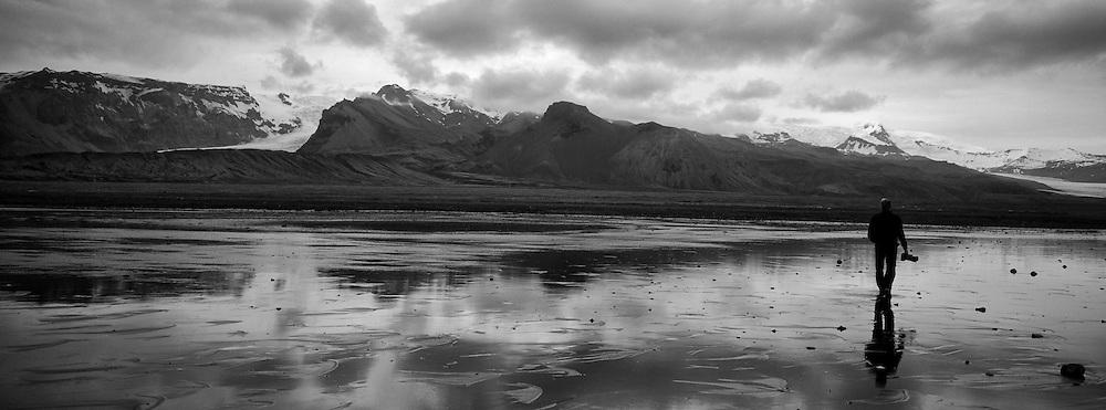 Man walking on sand beach in Oraefi, south east of Iceland - Maður á gangi í fjörunni við Kvísker í Öræfasveit