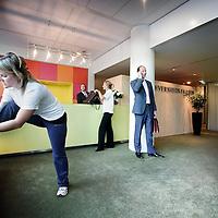 Nederland,Amsterdam ,9 oktober 2008..Barbara Meuwissen (l) en het team van Eversheds Faasen is klaar om de Amsterdam Marathon lopen voor het goede doel.