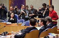 Nederland. Den Haag, 13 januari 2010.<br /> Mariette Hamer, fractievoorzitter PvdA, achter het spreekgestoelte. In vak K zitten premier Balkenende en vice-premiers Bos en Rouvoet. Het kabinet erkent dat met de kennis van nu een beter volkenrechtelijk mandaat nodig was geweest voor de inval in Irak. Dat schrijft premier Balkenende in een brief aan de Tweede Kamer. Daarmee werd gisteren een kabinetscrisis afgewend.<br /> Gisteren nam Balkenende nog afstand van de passage over het mandaat in het rapport van de commissie-Davids.<br /> Foto Martijn Beekman
