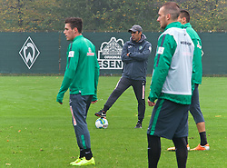 25.10.2014, Trainingscenter, Bremen, GER, 1. FBL, SV Werder Bremen, im Bild Robin Dutt (Cheftrainer SV Werder Bremen) auf dem Platz // during a Trainingssession of German Bundesliga Club SV Werder Bremen at the Trainingscenter in Bremen, Germany on 2014/10/25. EXPA Pictures © 2014, PhotoCredit: EXPA/ Andreas Gumz<br /> <br /> *****ATTENTION - OUT of GER*****