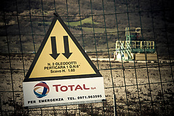 Corleto Perticara (PZ) 17.02.2009, Italy - Tempa Rossa - Speranze e realtà del giacimento Total in Basilicata. Il  giacimento petrolifero si estende in superficie per circa 30.000 ettari di terreno boschivo a nord-est dell'abitato, ampiamente sfruttato già dal 2001 nella produzione di energia eolica. Il 28 gennaio 2008 il comune di Corleto Perticara, nella persona del suo sindaco, avvocato Paolo Pietro Montano e Total Italia S.p.A. nella persona del suo amministratore delegato per il settore Esplorazione e Produzione, Dott. Lionel Levha, hanno siglato un Patto storico per la concessione dei diritti di superficie necessari alla realizzazione di un centro olio in località Tempa Rossa, a quattro Km in linea d'aria dal centro abitato, per un tempo pari a 99 anni. La coltivazione di idrocarburi, che a a pieno regime comporterà l'estrazione di 50.000 barili di greggio al giorno, gas naturale per 250.000 m2, GPL per 267 tonnellate e zolfo per 60 tonnellate, avrà inizio entro l'anno 2011. Le riserve sono stimate intorno ai 420 milioni di barili equivalenti. NELLA FOTO: Uno dei pozzi petroliferi Total.