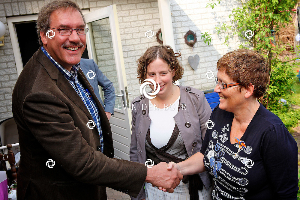 BRAKEL - Mevrouw Tonet van der Zalm heeft een lintje gekregen van Burgemeester Albert van den Bosch. FOTO LEVIN DEN BOER - PERSFOTO.NU