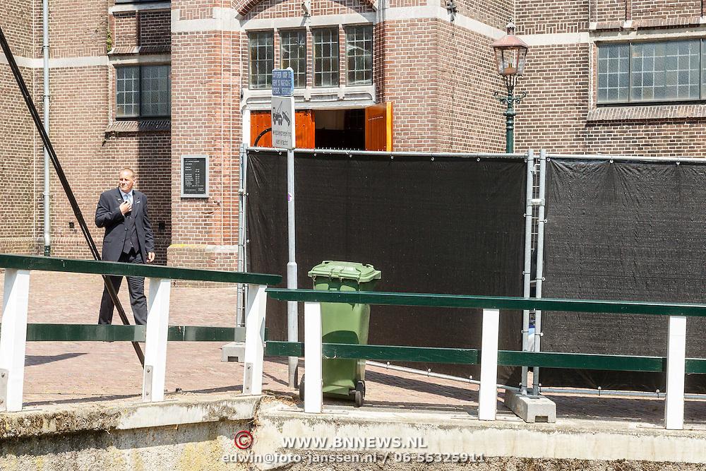 NLD/Volendam/20150703 - Uitvaart Jaap Buijs, kerk geheel afgezet met hekken