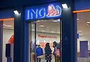 Nederland, Nijmegen, 16-11-2012Een filiaal van de ING in het centrum van de stad heeft de deur openstaan en voorbijgangers kunnen de balie voor vragen en antwoorden goed zien.Foto: Flip Franssen/Hollandse Hoogte