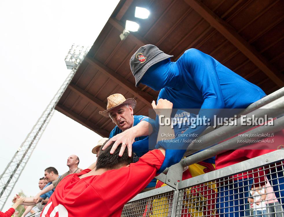 Bangor Cityn fanit kiittävät maalintekijä Christopher Jonesia ottelun jälkeen. Honka - Bangor City. Vantaa 15.7.2010. Photo: Jussi Eskola