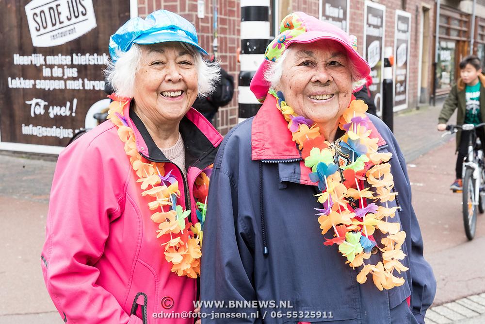 NLD/Eindhoven/20190302  - Romario bij carnavalsoptocht 2019 in Eindhoven, Dames verkleed in Carnavalskleding