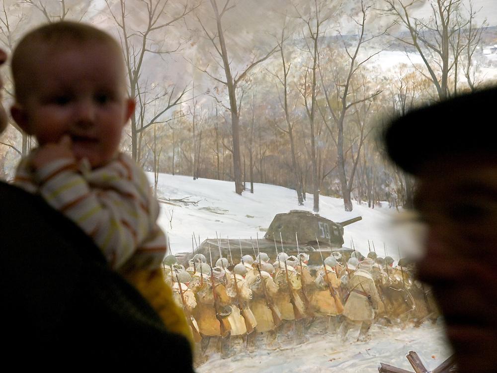 """Moskau/Russische Foederation, RUS, 10.05.2008: Besucher mit Kind betrachtet ein drei dimensionales Diorama welches die Schlacht um Stalingrad waehrend des 2. Weltkriegs darstellt. Das ganze im Museum des Grossen Vaterlaendischen Krieges in Moskau. Das Museum befindet sich auf dem Berg """"Poklonnaja Gora"""". Verbunden damit ist der sogenannte Siegespark mit einer offenen Darstellung von militaerischen Fahrzeugen, Flugzeugen und Kanonen.<br /> <br /> Moscow/Russian Federation, RUS, 10.05.2008: Visitor with child viewing a three-dimensional model (diorama) about the Stalingrad battle during the Second World War at the Museum of the Great Patriotic War in Moscow at Poklonnaya Gora (Bowing Hill). Featured is the Victory Park with an open display of military vehicles, aircraft, cannons and the Central Museum building of the Great Patriotic War."""