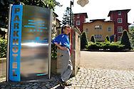 06-08-2008 Voetbal:Maikel Aerts:Bad-Schandau:Duitsland<br /> Willem II is in Oost Duitsland in Bad-Schandau voor een trainingskamp.<br /> Willem II supportertje Michael van Gestel wacht tevergeefs op de spelers bij het Spelershotel<br /> <br /> foto: Geert van Erven