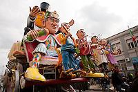 Sfilata di carnevale Gallipoli 2011. Non può mancare un carro allegorico a tema satirico nei con fronti del governo...Gallipoli parade for carnival 2011. A float themed to politic satire can't miss.