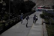 JOVENES CUBIERTOS DE BLOQUEADOR SOLAR CORREN POR LA AVENIDA COMANDANTE SAN MARTIN EN LA CIUDAD DE ARICA. Arica, Chile. 07-11-2012 (Alvaro de la Fuente/Triple.cl)