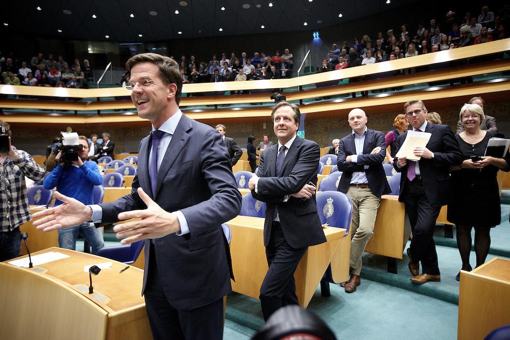 Nederland. Den Haag, 26 april 2012. <br /> Debat over gesloten akkoord. Demissionair premier Mark Rutte bij de D66 fractie voor aanvang.<br /> VVD, CDA, D66, GroenLinks en ChristenUnie zijn met het kabinet een principe-akkoord overeengekomen over de begroting van volgend jaar.<br /> Men is als Tweede Kamer uit de impasse gekomen om voor mei een begroting voor 2013 op te stellen na de val van het kabinet Rutte van VVD, CDA en met gedoogsteun van de PVV van Geert Wilders. Crisisakkoord na mislukken ook van Catshuisberaad. 3% Financieringstekort.<br /> Het kabinet en de regeringspartijen VVD en CDA hebben in twee politiek gezien krankzinnige dagen met de oppositiepartijen D66, GroenLinks en de ChristenUnie een akkoord gesloten over bezuinigingen en hervormingen in 2013. Minister Jan Kees de Jager van Financi&euml;n koppelde als verkenner de vijf partijen aan elkaar en kreeg in nog geen 30 uur voor elkaar waar VVD en CDA met gedoogpartij PVV in 7 weken overleg in het Catshuis niet in waren geslaagd. Politiek, kabinet Rutte, kabinetscrisis, Catshuisonderhandelingen, Tweede Kamer, <br /> Foto : Martijn Beekman