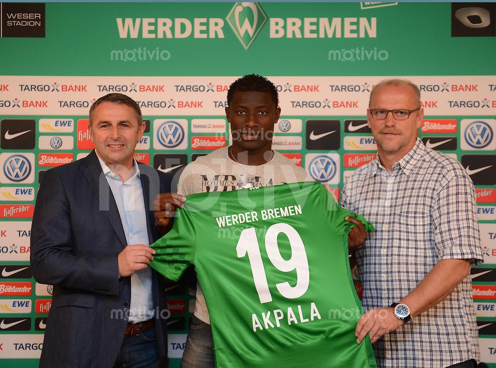 FUSSBALL   1. BUNDESLIGA   SAISON 2012/2013  Werder praesentiert Neuzugang Joseph Akpala am 27.08.2012 Manager Klaus Allofs , Neuzugang Joseph Akpala und Trainer Thomas Schaaf (v.l., alle Werder Bremen)