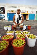 Vendedora(s) de Mangaba na calçada externa do Mercado Municipal de Aracaju..© Tatiana Cardeal