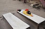 Mongolia. Ulaanbaatar. Gandan Buddhist Monastery  Oulan Bator       / Monastère de Gandantegtchinlin à Oulan Bator . Mongolie.  Prosternation d'une jeune fille sur une planche à prière en ciment. Dès leur plus jeune âge, les enfants apprennent à se prosterner sur les planches à prières dans les monastères. Selon un rituel bien précis, ils vont d'abord joindre les mains devant la poitrine puis les élèver au-dessus de la tête, pour les redescendre en touchant le front, le cou, la bouche et enfin la poitrine. Ensuite ils vont plier les genoux et s'étaler , les bras bien en avant, tout le corps devant toucher le sol. Après quoi ils se relèvent et recommencent plusieurs fois de suite les mêmes mouvements, qui ont une signification symbolique particulière pour exprimer le voeu que formule le croyant dans le but d'atteindre le rang d'un Bouddha.   / R87/203    L920803a  /  P0007421