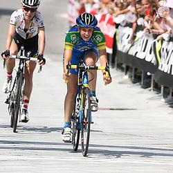 Lucinda Brand wordt derde de koninginneetappe over de Passo di Mortirolo en verstevigd haar leidende positie in de Giro voor vrouwen