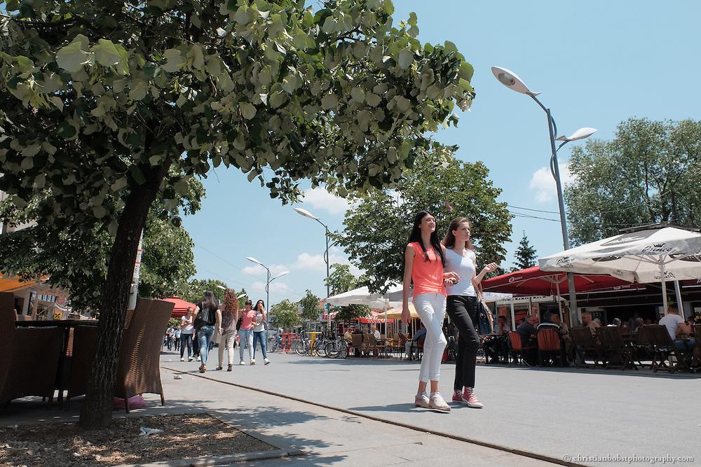 Jungendliche im Zentrum der kosovarischen Stadt Peja