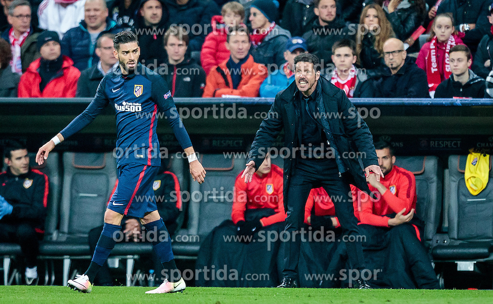 03.05.2016, Allianz Arena, Muenchen, GER, UEFA CL, FC Bayern Muenchen vs Atletico Madrid, Halbfinale, Rueckspiel, im Bild Yannick Ferreira Carrasco (Atletico Madrid), Trainer Diego Simeone (Atletico Madrid) // Yannick Ferreira Carrasco (Atletico Madrid) Trainer Diego Simeone (Atletico Madrid) during the UEFA Champions League semi Final, 2nd Leg match between FC Bayern Munich and Atletico Madrid at the Allianz Arena in Muenchen, Germany on 2016/05/03. EXPA Pictures © 2016, PhotoCredit: EXPA/ JFK